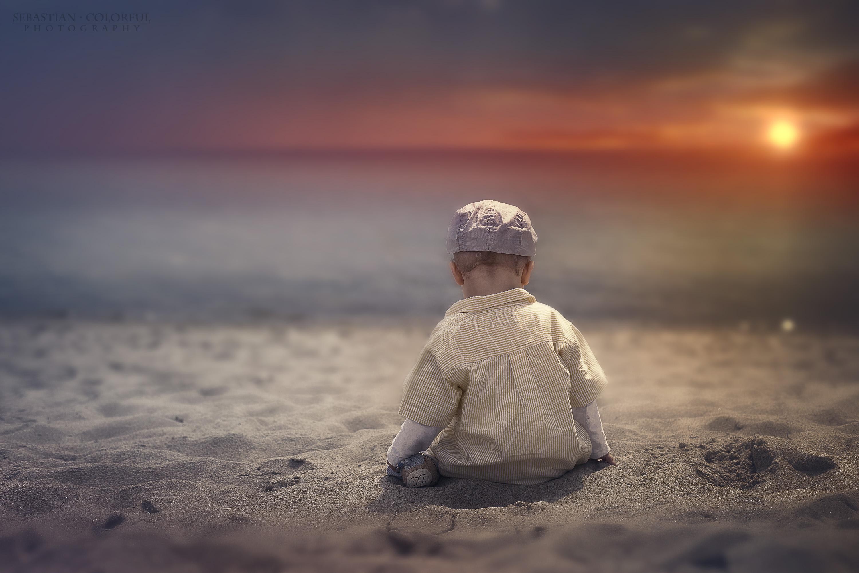 Hochzeitsfotograf mit Kind am Strand beim Sonnenuntergang. Geschossen von Sebastian Colorful Fotograf Lübeck